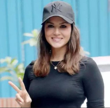 "Sunny Leone silences a Girl who said ""Sunny anticipated P*rn Ban and wisely shifted her career"""